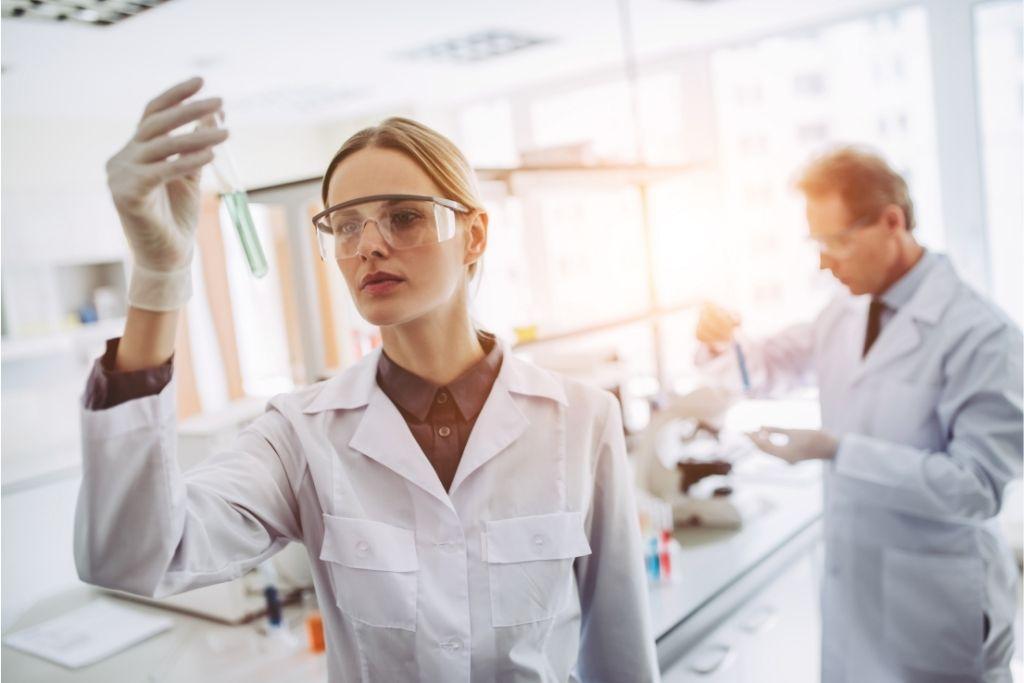A scientist compares full spectrum vs broad spectrum CBD in a lab
